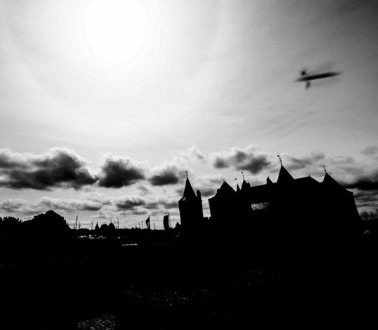 http://news.yahoo.com/spooky-photo-shows-ufo-above-medieval-castle-212650806.html